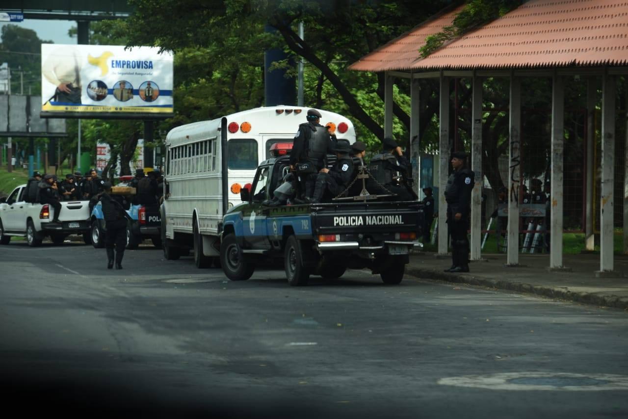 Autoconvocados protestan en Catedral de Managua a pesar del asedio de la policía del régimen. Foto: La Prensa