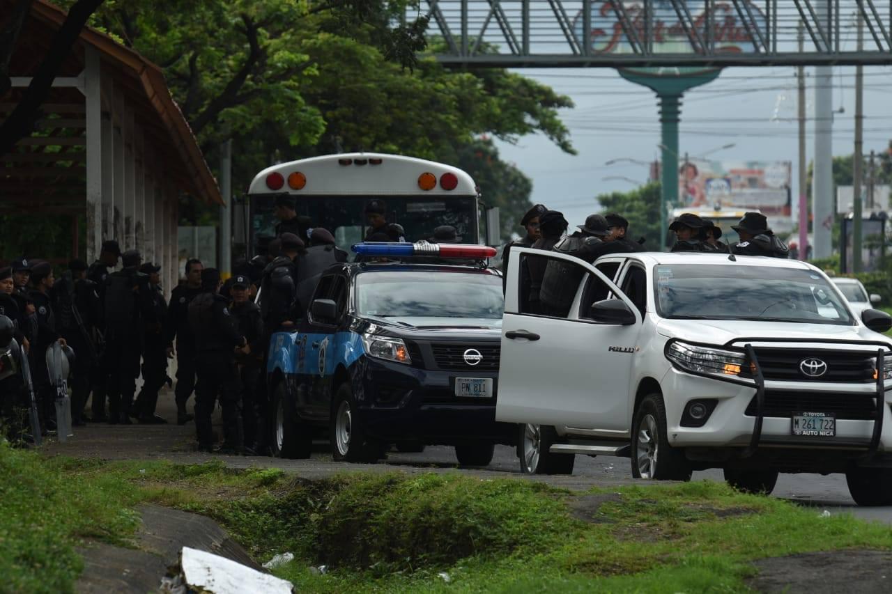 Policía orteguista asedia alrededores de la Catedral de Managua. Foto: La Prensa
