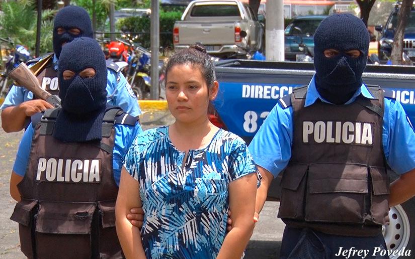 """Presa política María Adilia Peralta, mientras la presentaban como """"terrorista"""". Foto: El 19 Digital"""
