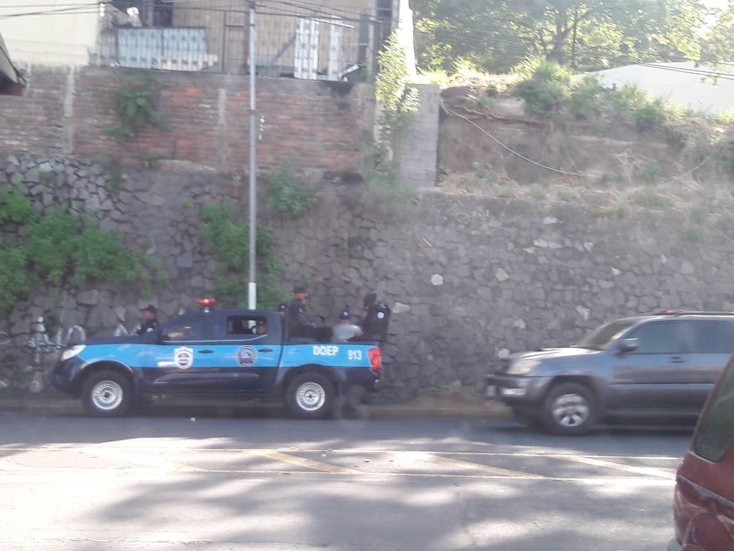 Policía orteguista continua asedio contra 100% Noticias. Foto: cortesía.