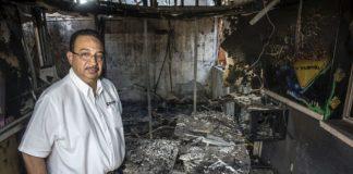 Aníbal Toruño, director de Radio Darío en los escombros de la emisora, después de ser quemada en un operativo criminal ordenado por Daniel Ortega. Oscar Navarrete/ LA PRENSA.
