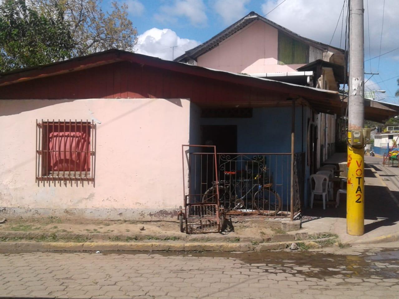 Policía orteguista de León libera a familia originaria de Niquinohomo, pero los obliga a salir de la ciudad universitaria. Foto: Noel Pérez Miranda / Artículo 66