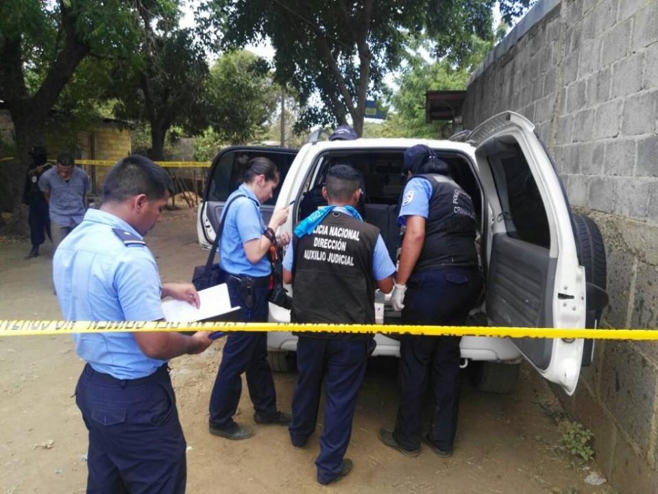 Carro Yaris que asedia a 100% Noticias usa placas de camioneta narco. Foto: END