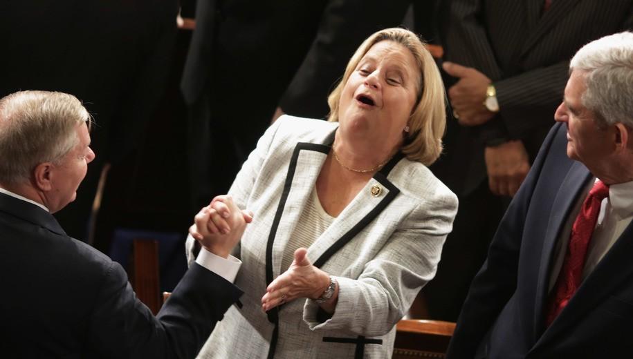 Congresista Ileana Ros-Lehtinen fue testigo del momento en que Trump firmó la Nica Act. Foto: Tomada de Internet.