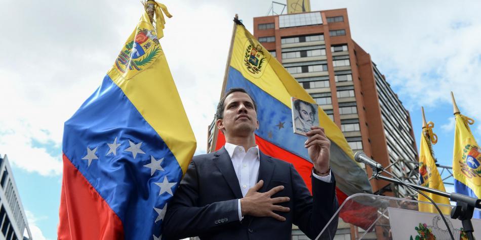 Juan Guaidó, en su juramentación este 23 de enero en Caracas, como presidente encargado de Venezuela. Foto: ElTiempo.