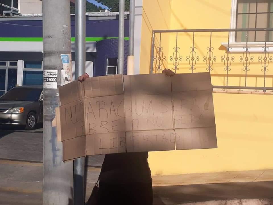 Detienen a joven por protestar frente a Hospital Monte España