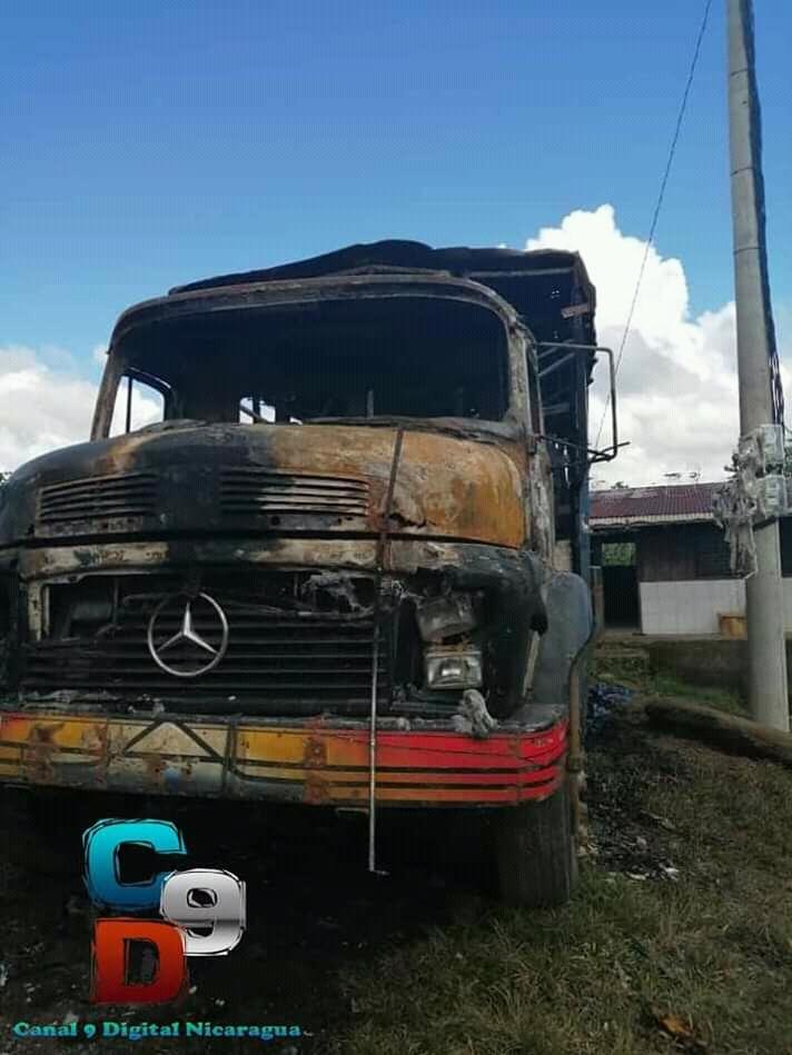 Fotografía de camión quemado en el lugar de los hechos.