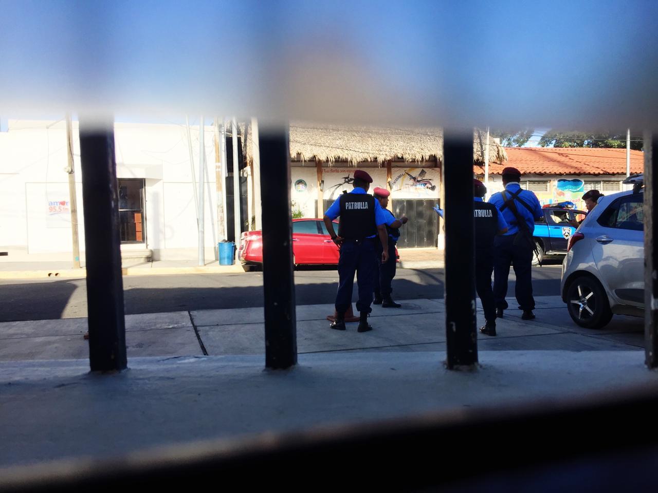 Policías rodean Canal 12. Foto: Cortesía.