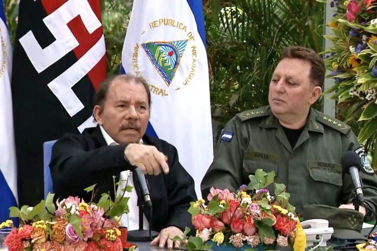 Daniel Ortega junto al jefe del Ejército de Nicaragua, Julio César Avilés. Foto: Tomada de la web.