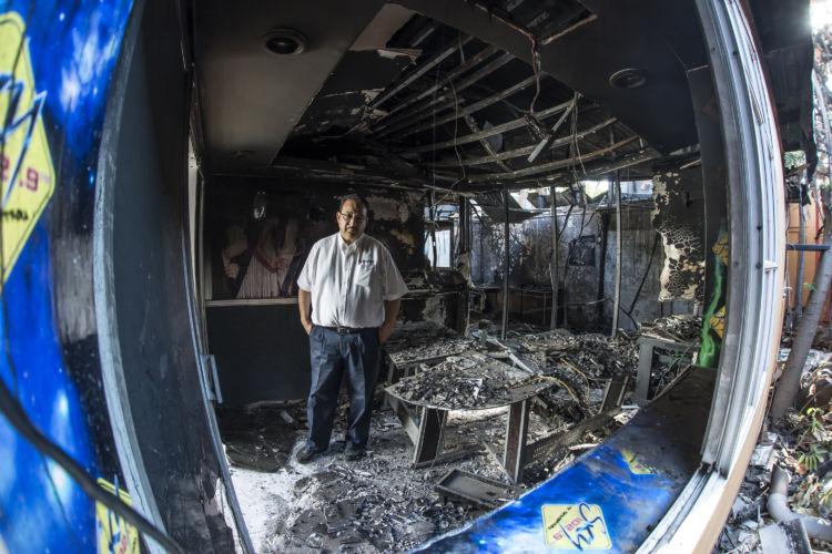 Anibal Toruño, entre escombros de Radio Darío, Foto/O.Navarrete
