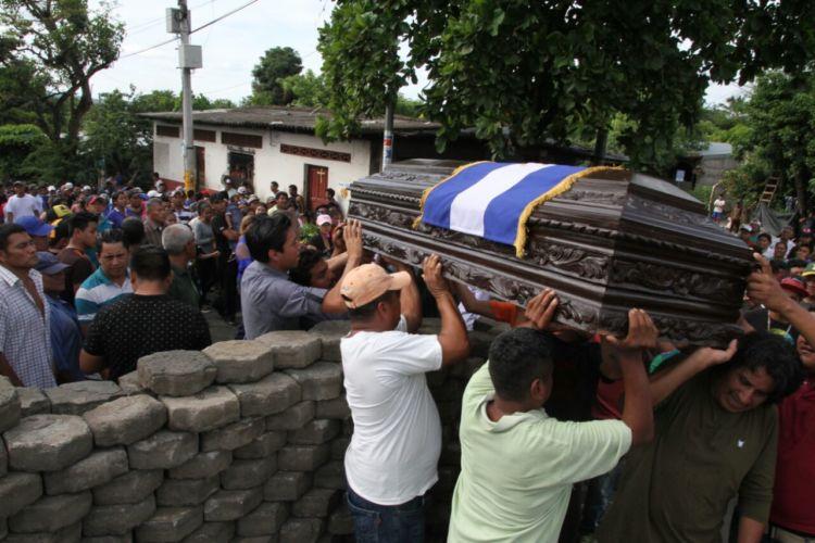 Pobladores de Masaya trasladan en medio de las barricadas el cuerpo de uno de los pobladores asesinados durante la represión. Foto: Manuel Esquivel / La Prensa.