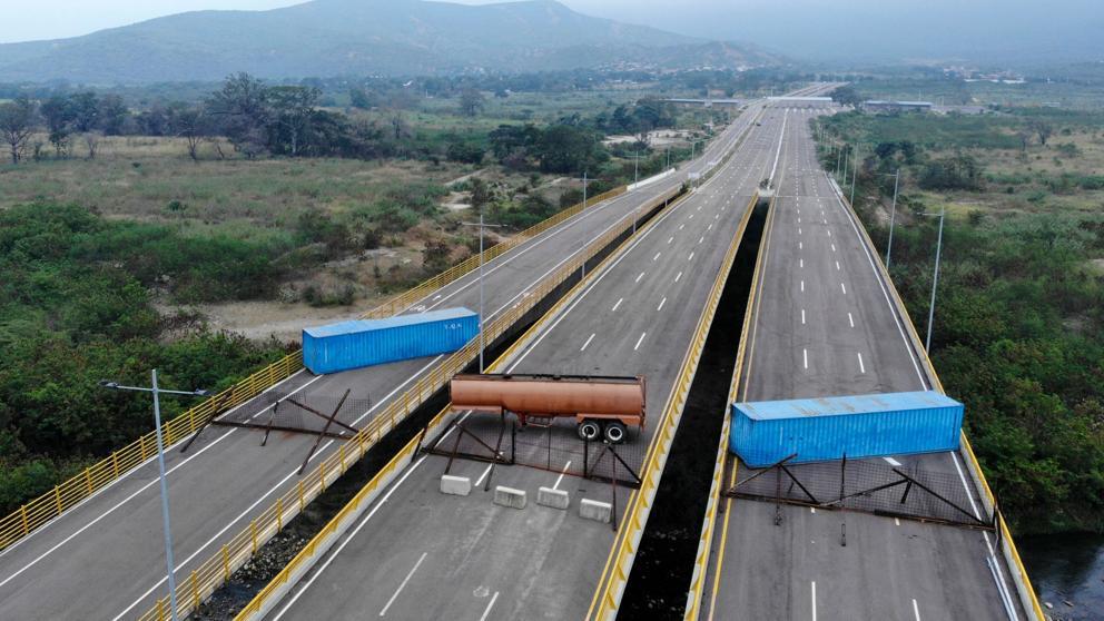 Ejército Venezolano levanta tranque para evitar entrada de ayuda humanitaria. Foto/AFP