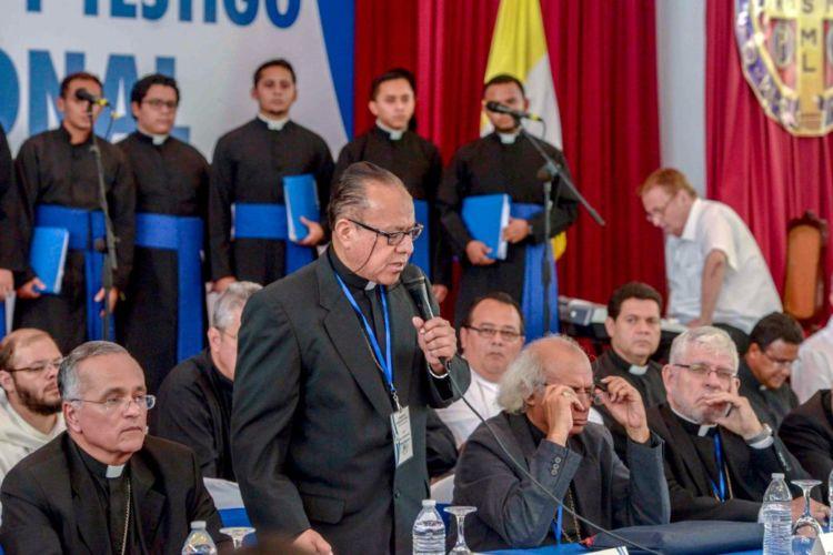 El obispo Mata al encarar en el diálogo nacional a la pareja presidencial y solicitar el desarme de los paramilitares