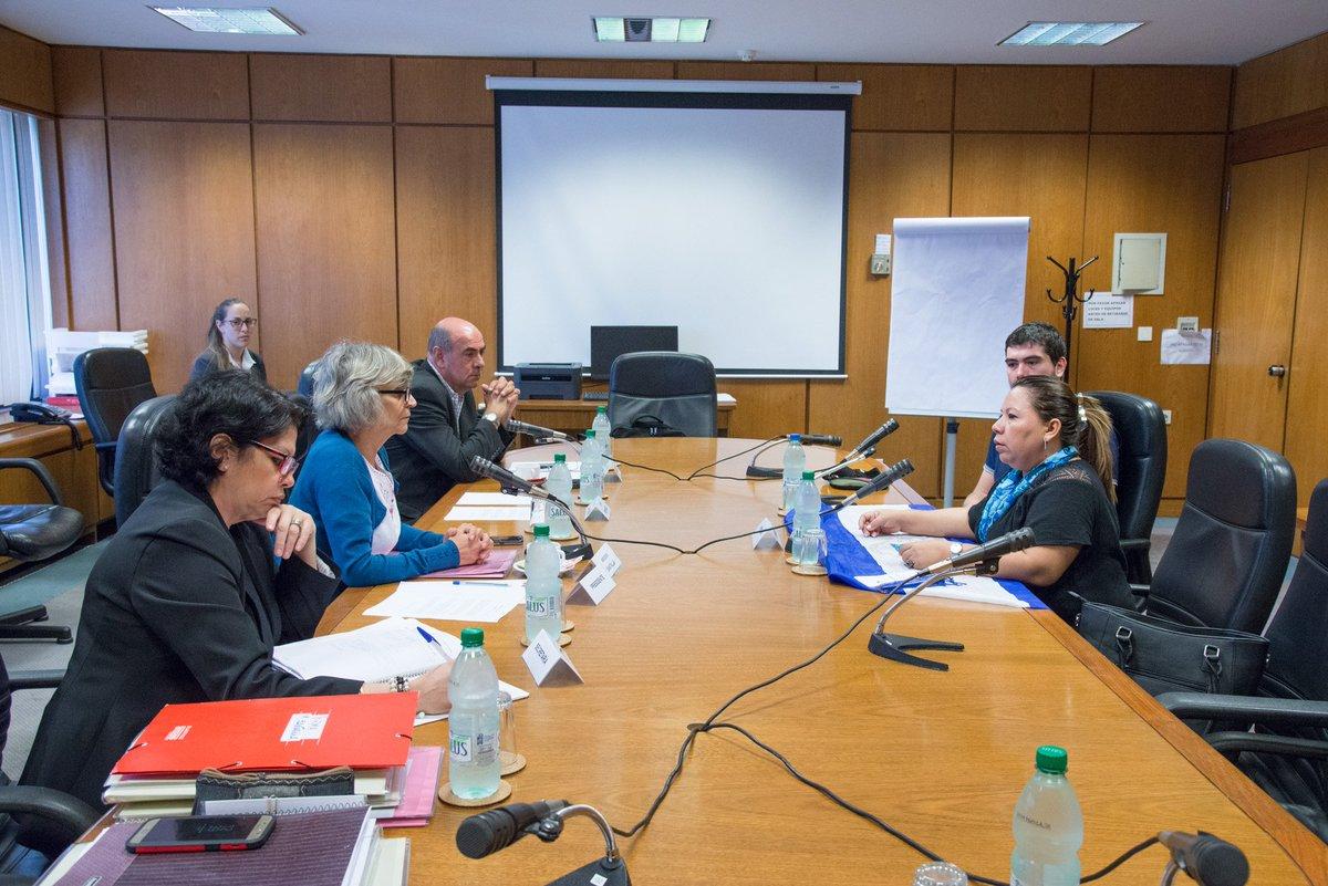 Lizeth Dávila, conversando con miembros del parlamento de Uruguay sobre los derechos humanos en Nicaragua.