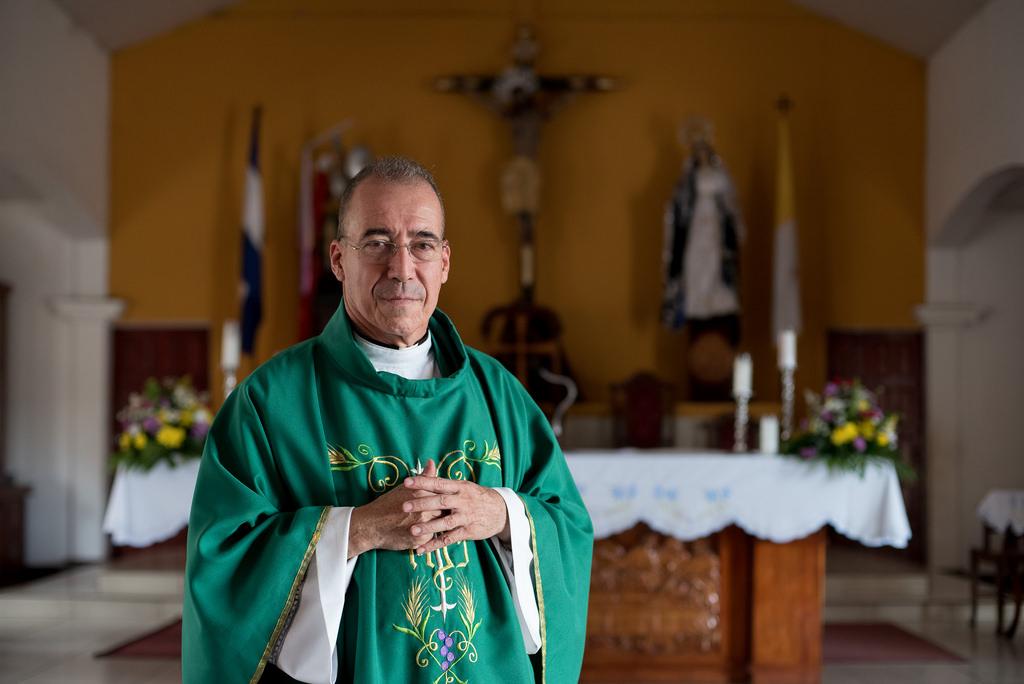 Edwin Román: El sacerdote perseguido, detenido, golpeado y denigrado por la dictadura de Daniel Ortega. Foto: Confidencial.
