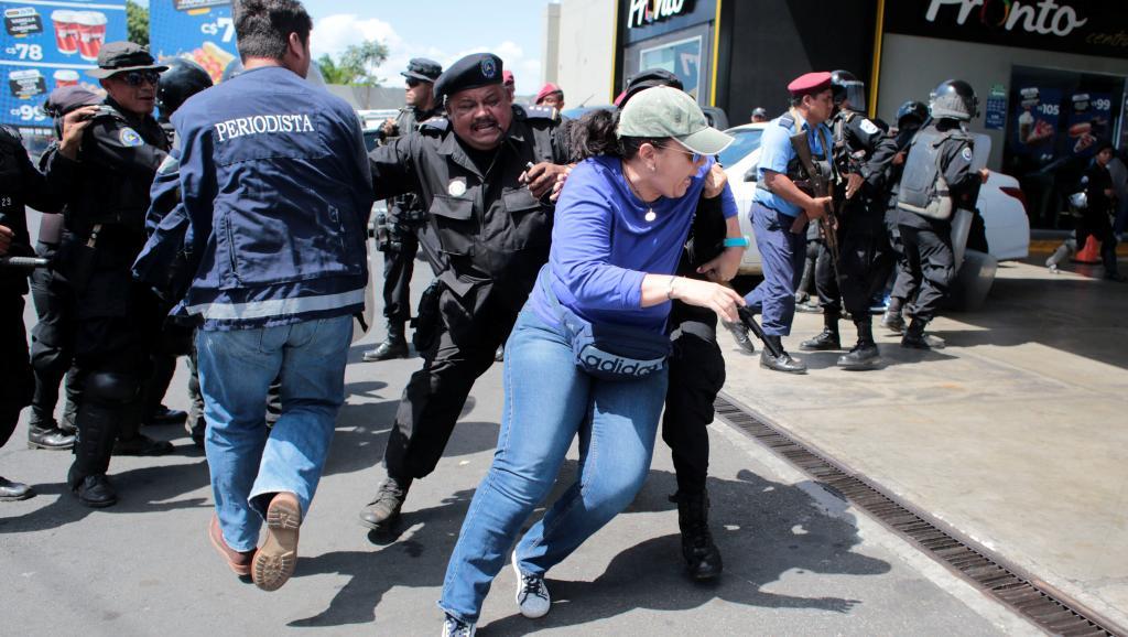Policía orteguista ataca a manifestantes. Foto: RFI