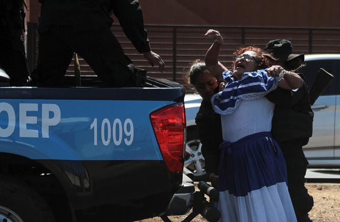 Policía orteguista al momento de la detención a Flor Herrera. Foto: Cortesía/AFP