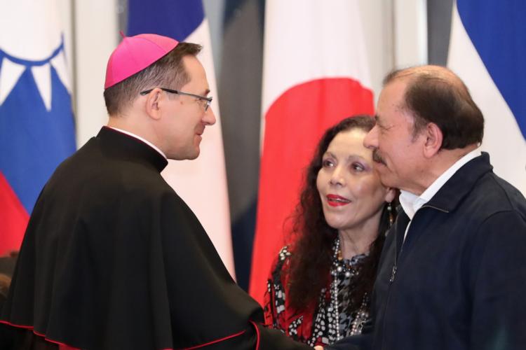 El Nuncio Apostólico en Nicaragua, Stanislaw Waldemar Sommertag, junto a los dictadores de Nicaragua. Foto: La Prensa