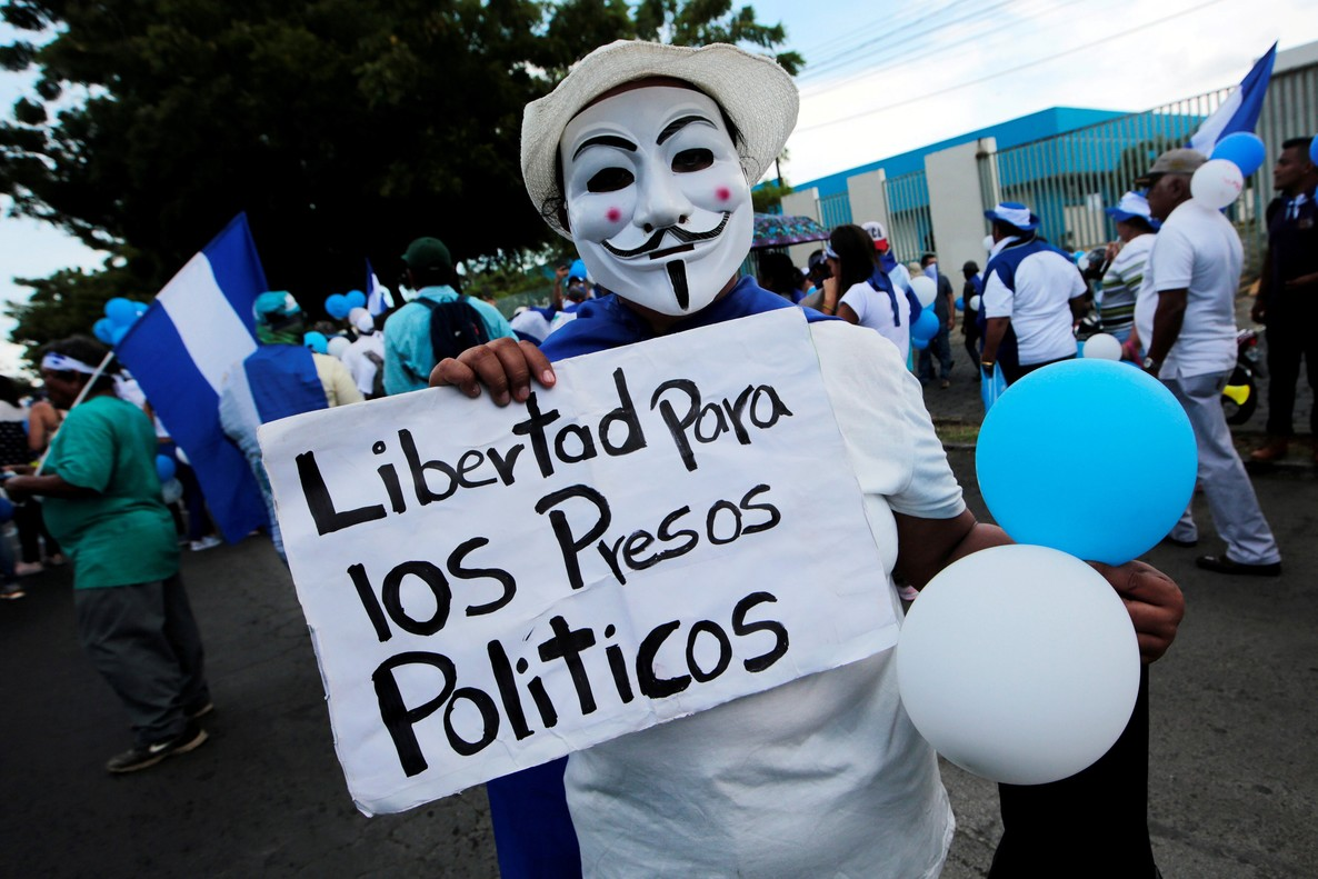 REFILE-CORRECTING TYPO A masked anti-government protester takes part in a march called  March of the balloons  in Managua  Nicaragua September 9  2018  The signal reads  Freedom for political prisoners   REUTERS Oswaldo Rivas