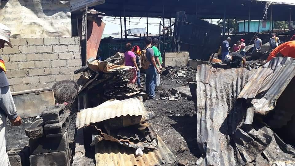 Incendio calcina 30 tramos del mercado Oriental. Fotos : Tomadas de internet.