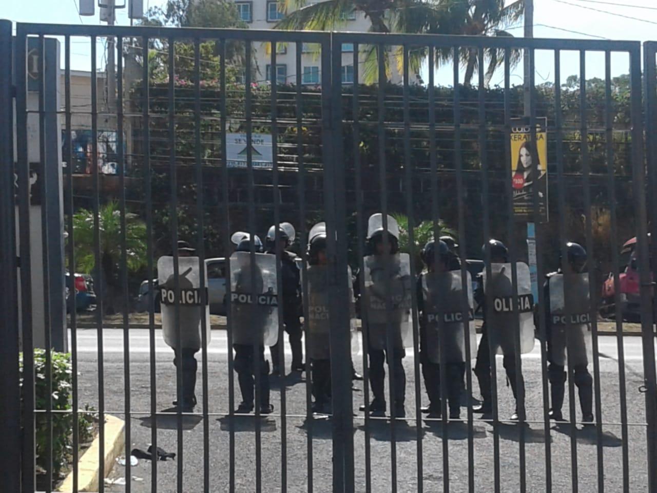La Policía intentó agredir a los manifestantes. Foto/Artículo66