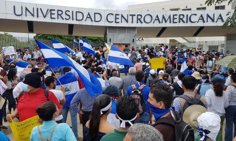 Estudiantes de la UCA protestan contra el régimen dentro de las instalaciones exigiendo libertad y justicia. Foto ilustrativa