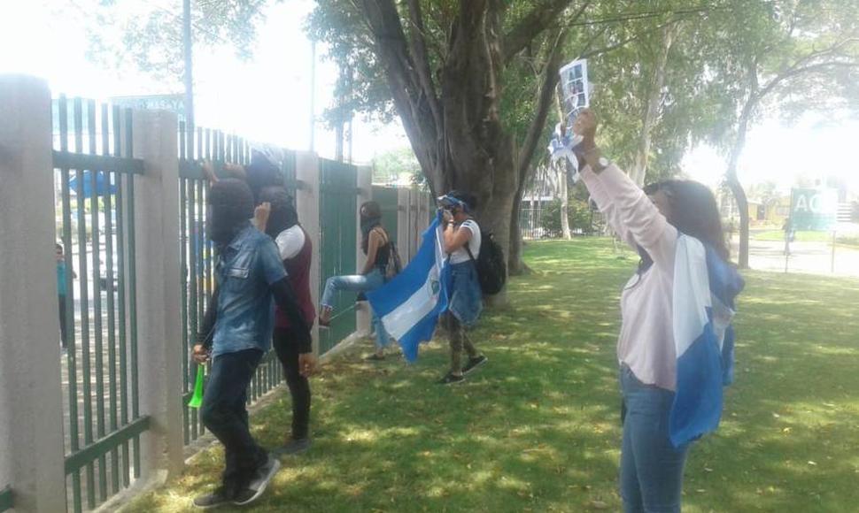 Plantón exprés en las instalaciones de la UCA. Foto: El Nuevo Diario.