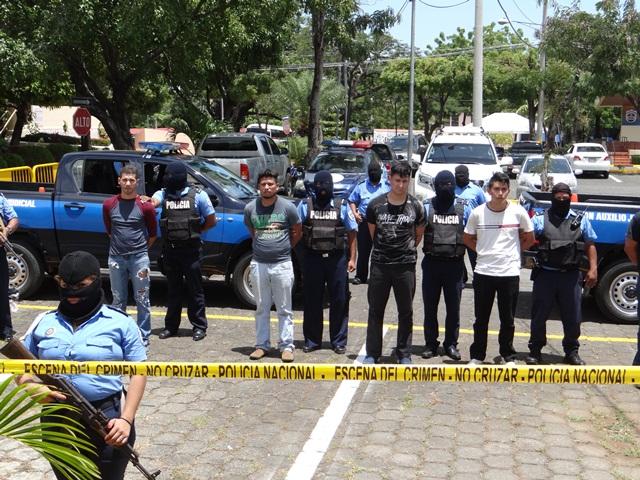 Presentación de Padilla junto a cuatro jóvenes más, acusados por terroristas. Foto: Nota de prensa de la Policía Nacional.