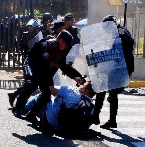 Foto tomada de las redes sociales. Momentos en que la Policía golpea a Nelson Sequeira de Telenorte