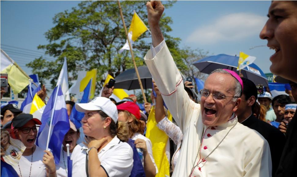 Monseñor Silvio Báez en una de las marchas en respaldo a los obispos de Nicaragua. Foto: END