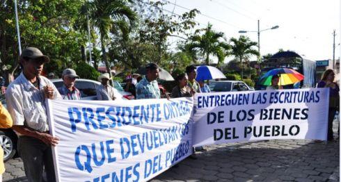 Ciudadanos de Camoapa exigen a la exalcaldesa Teresa Rodríguez, entregar las propiedades de la municipalidad. Foto: La Prensa