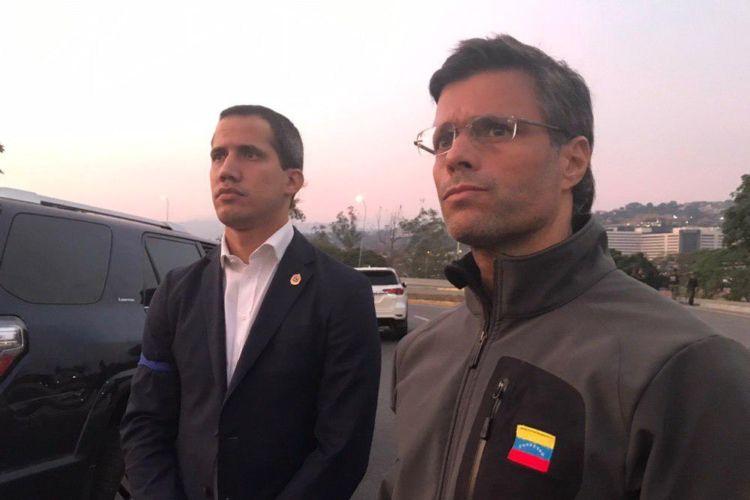 Un contingente sacó al líder opositor Leopoldo López de su detención domiciliaria . foto: tomada de internet.