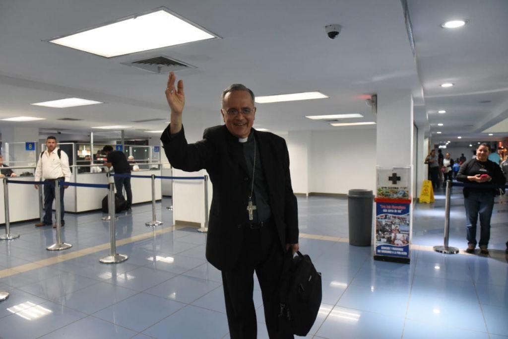 """Monseñor Silvio Báez, en su despedida: """"Llevo a todo el pueblo de Nicaragua en mi corazón"""". Foto: La Prensa"""
