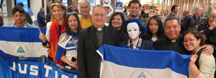 Monseñor Silvio José Báez al ser recibido por la diáspora nicaragüense en Roma. Foto: Cortesía