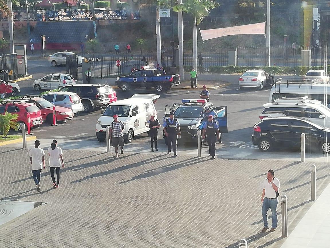 Dictadura sigue violando derecho a manifestación y policía rodea Metrocentro. Foto: Artículo 66