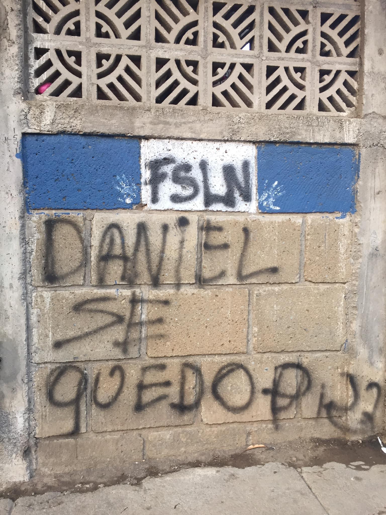 Periodista nicaragüense denuncia que fanáticos orteguistas realizaron pintas intimidatorias en su casa. Foto: Cortesía