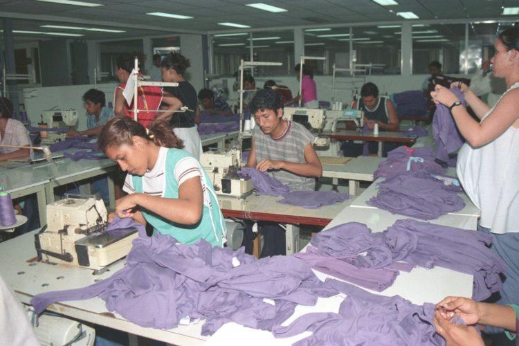 Mujeres trabajando en zonas francas.  LA PRENSA/OM