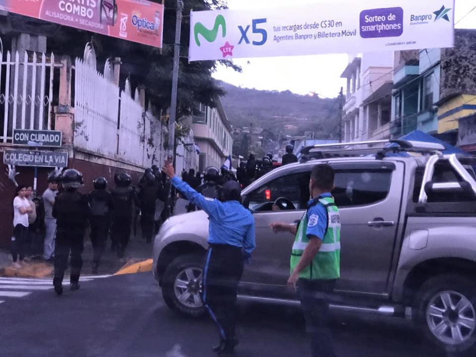 Policía del régimen asedia a ciudadanos que esperan féretro de Eddy Montes. Foto: Cortesía