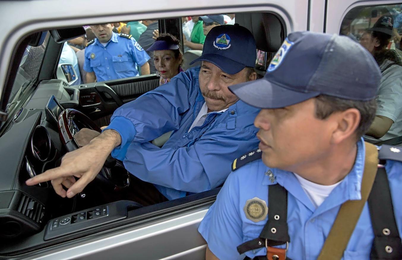 Ortega custodiado por sus policías durante el Repliegue. Foto: EFE/Jorge Torres