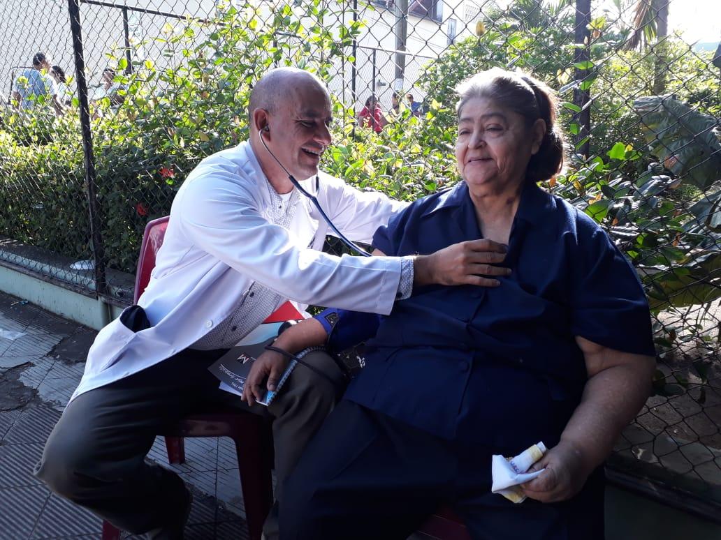 Doctor Zeledón atendiendo a pacientes fuera del hospital. Foto: Tania López.