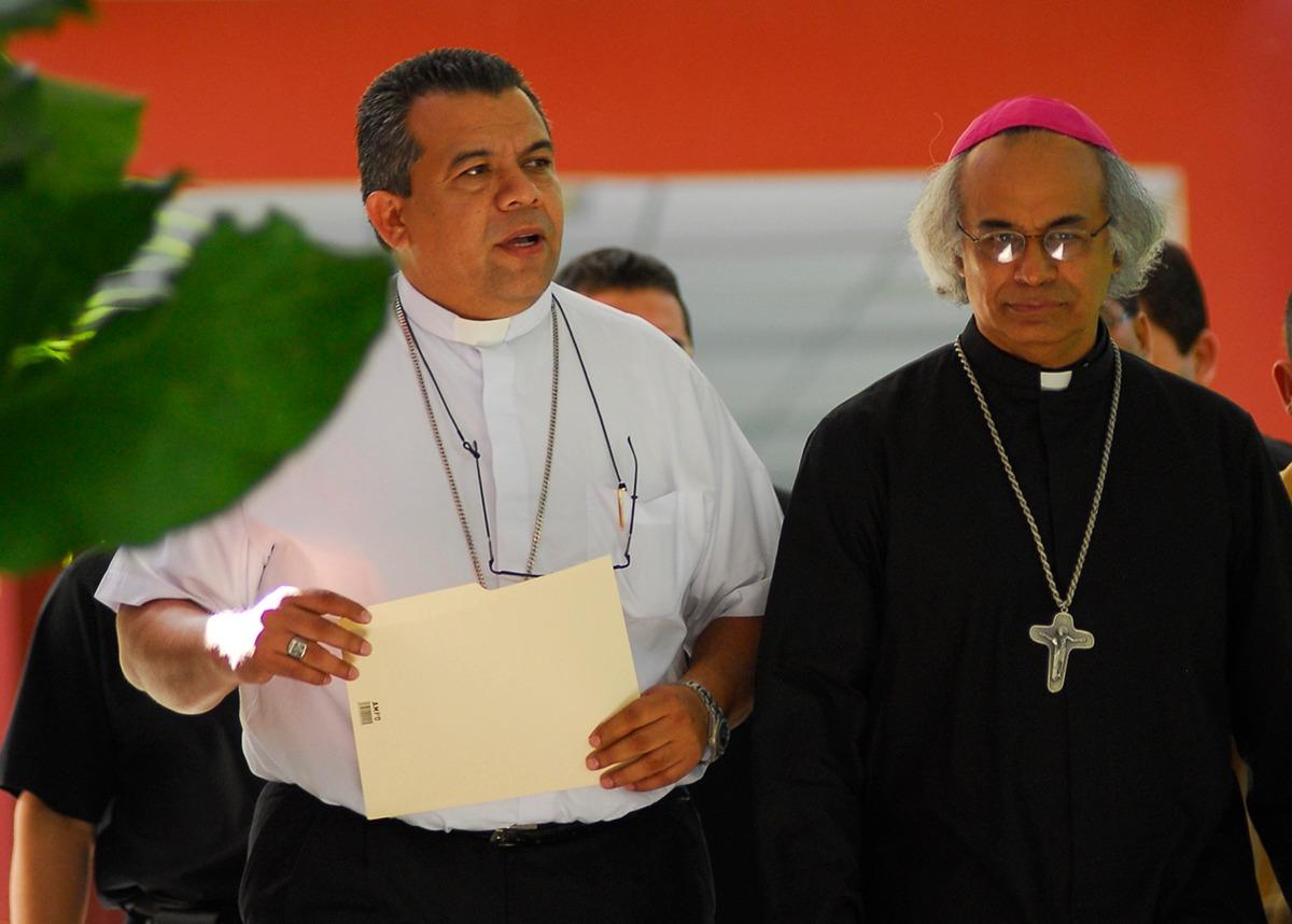 Sándigo, junto al arzobispo Leopoldo Brenes. Cortesía: Religión Digital