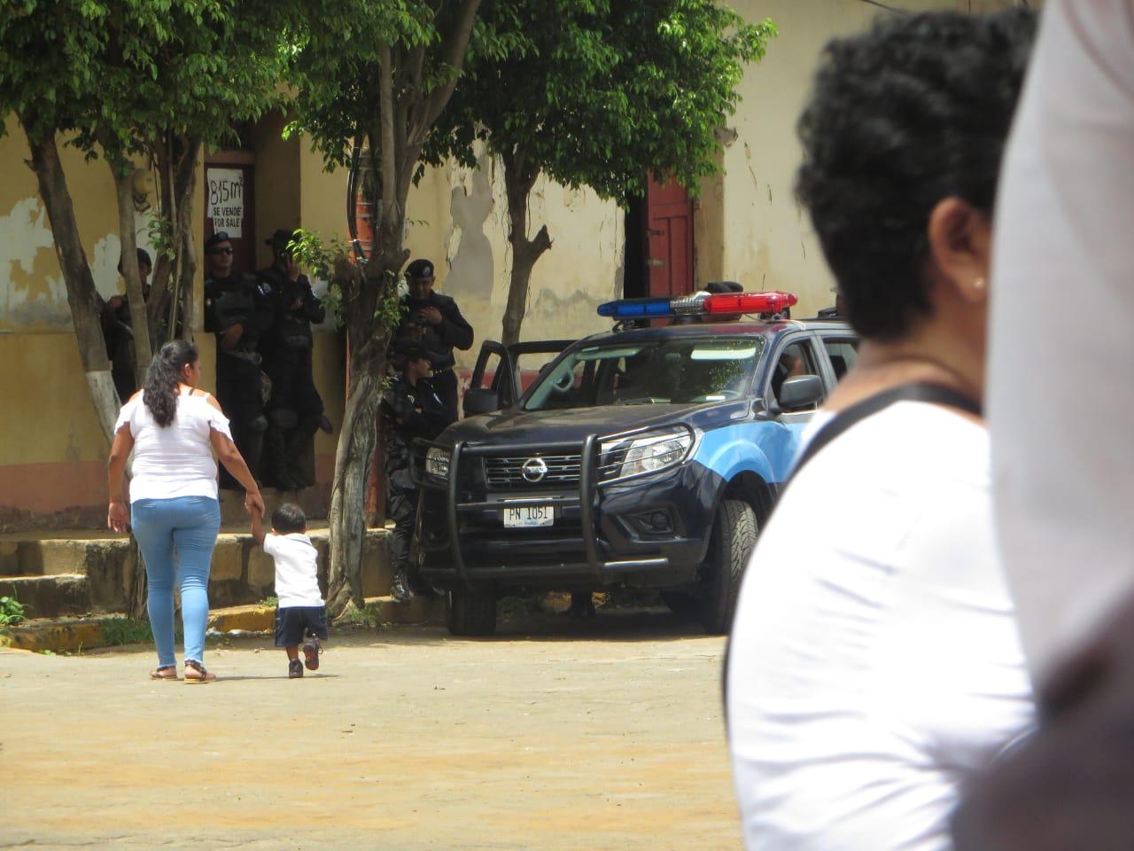 Policía orteguista asedia feria artesanal organizada por los exreos de la dictadura. Foto: Noel Pérez/Artículo 66