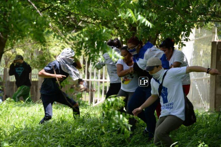Policía ataca a manifestantes después de misa en acción de gracias por la libertad de los presos políticos. Foto: La Prensa