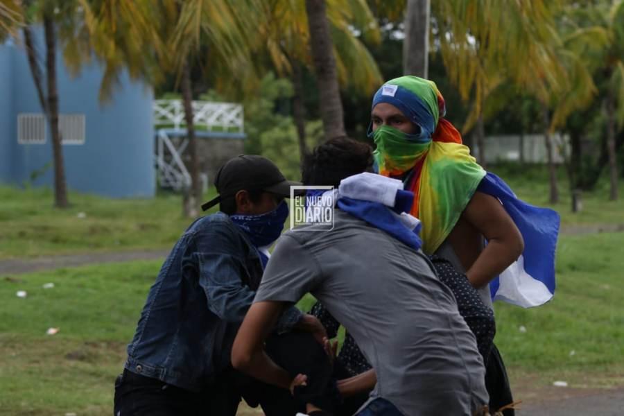 Policía ataca a jóvenes en catedral de Managua. Foto: END
