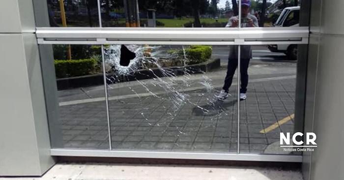 El vidrio quebrado del edificio de Teletica tras la detonación. HOY/ TOMADA DE NOTICIAS COSTA RICA