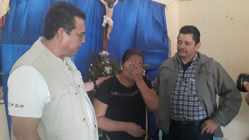 Familiares denuncian ante la Fiscalía asesinato de joven de León. Foto: Cortesía
