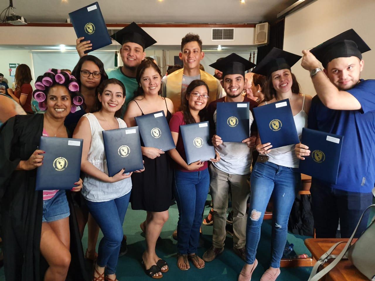 """Estudiantes de Medicina muestran sus títulos recibidos en una ceremonia """"especial"""". Foto: Álvaro Navarro / Artículo 66"""