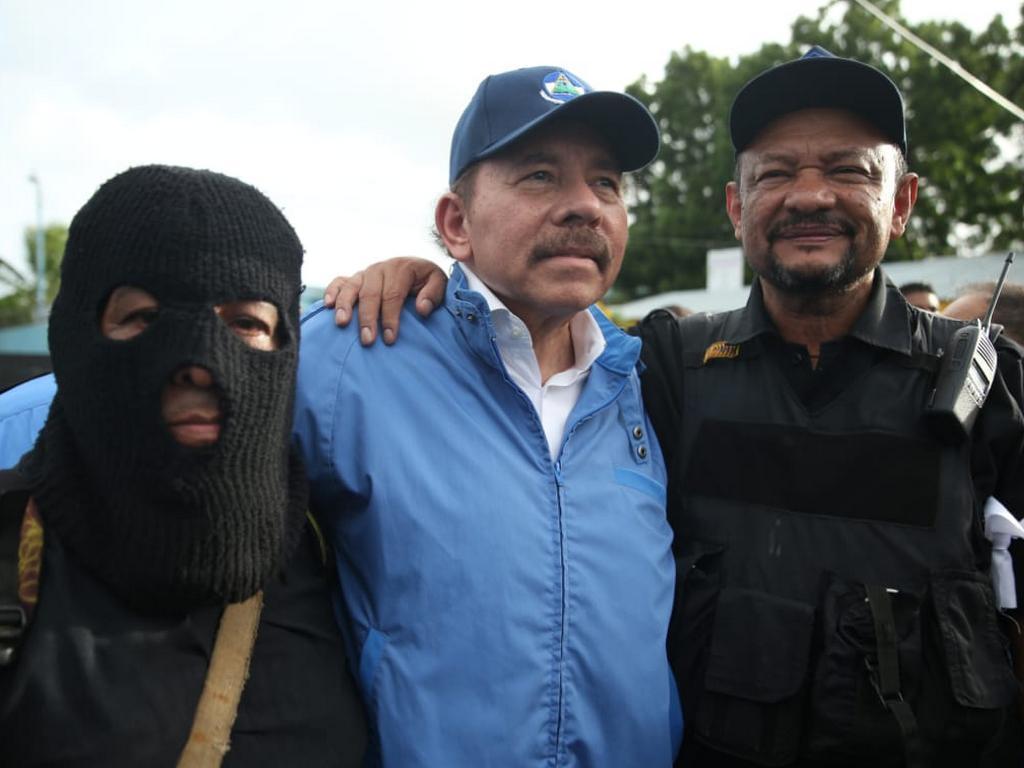 Los paramilitares y Ortega-Murillo. Foto: Cortesía