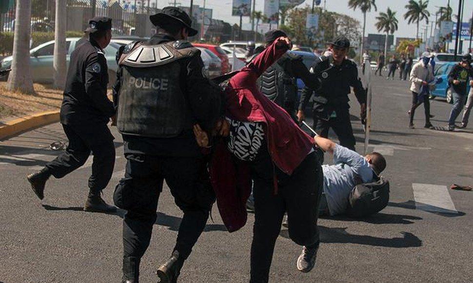 Policía Orteguista reprime a ciudadanos nicaragüenses. Foto: El Nuevo Diario