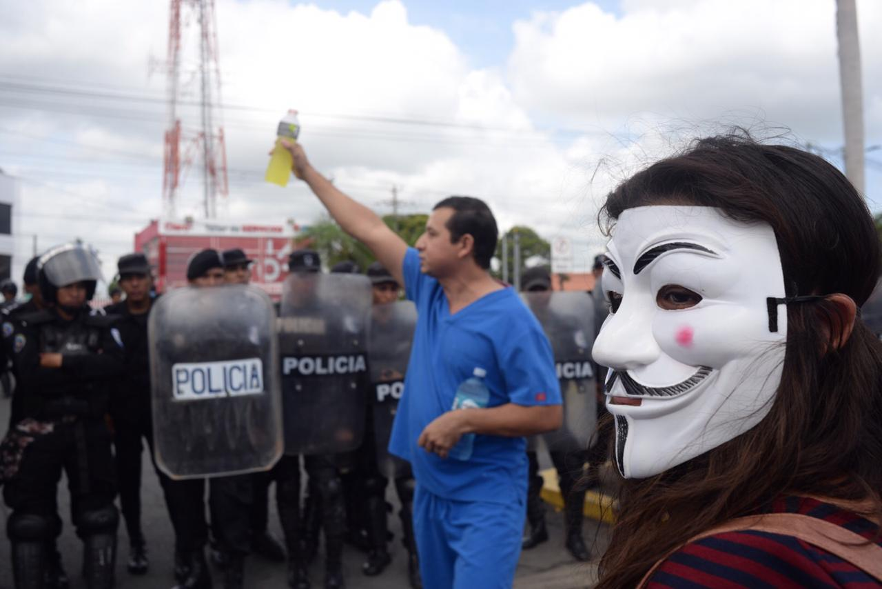 """Policía orteguista a médicos: """"No hay permiso para marcha, esa es la orden que tengo"""" Foto: O. Navarrete/La Prensa"""